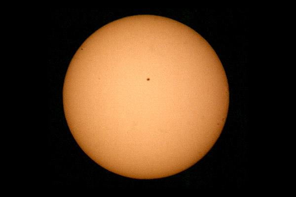 Merkur (oben links) vor der Sonne am 7. Mai 2003